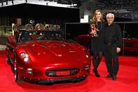 スバッロのジュネーブ連続出展40周年記念作「ジャクリーン」。フランコ・スバッロ(写真右)と、このモデルを依頼したスイス在住米国人オーナーの嬢・ジャクリーン嬢(写真左)。(Photo=Sbarro)
