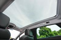 「508SW GT BlueHDi」には電動サンシェード付きのパノラミックガラスルーフが標準で装備される。