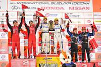 GT500クラスの表彰式。NAKAJIMA RACINGにとっては、SUPER GTで10年ぶりの勝利となった。