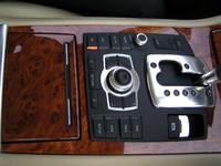 写真で、シフトレバーの左側に見えるのが、MMIコントローラー。選択&決定のボタン付きダイヤルと、画面に連動したファンクションボタン、よく利用するメニューボタンなどから成る。