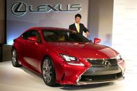 プロゴルファーの松山英樹選手と2013年の東京モーターショーで公開された「レクサスRC」。