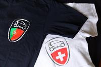 上下の写真は、メーカー主催の「スマート」の国際ファン大会「スマートタイムズ」における記念品。写真左の紺色のTシャツは2014年のポルトガル(カスカイス)大会、右は2013年のスイス(ルツェルン)大会のもの。