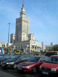 もとはスターリンからのプレゼントだった科学文化宮殿前で。ポーランドはチェコに次ぐ東ヨーロッパ第2位の自動車生産国である。