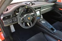 「911 GT3 RS」のインテリア。「918スパイダー」由来の、直径360mmの「GT3 RSスポーツステアリングホイール」が装備される。