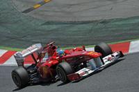 スタートダッシュで4番グリッドから一気にトップに立ったのは、この週末にフェラーリとの契約を2016年まで延長したアロンソ。だがその後ずるずると後退、レース終盤のハードタイヤでの走行では見た目にも明らかに遅いペースで5位フィニッシュとなった。レース後、「トップになったからといって優勝できるとは思っていなかったよ」とコメント。現状のフェラーリのパフォーマンスでは、元王者の力量をもってしても勝利は遠いということか。(Photo=Ferrari)