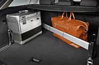 左右のレールと伸縮式ロッド、ストラップでスペースを都合よく仕切れる「フィックスキット」を採用、ワゴンとしての実用性も向上。
