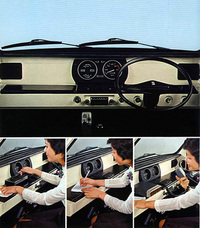左ハンドルが作りやすいよう(実際には作られなかったが)メーターをセンターに配置し、左右対称としたインパネ。画像にあるように伝票処理などが可能なフラットなダッシュの脇にはペンホルダーも標準で備わり、「動くオフィス」としての機能をもたせている。