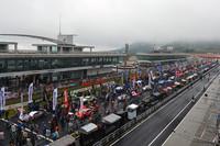 スタート前のグリッドの様子。当日は台風の影響が心配されたが、レースは無事開催。雨の中、熱戦が繰り広げられた。