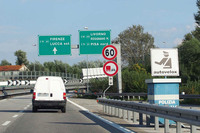 【写真1】花の都フィレンツェとティレニア海を結ぶアウトストラーダA11号線で。Rosignano M.とは、Rosignano Marittimo(ロジニャーノ・マリッティモ)のことだが、地元の人や地域の地理に詳しい人以外は、想像しにくい。