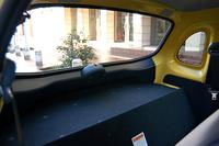 ハイブリッド車の荷室はバッテリーが収納されるため、ご覧の通り荷物を置くスペースがほとんどない
