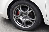 タイヤサイズは前後とも215/45ZR17。試乗車は「ピレリPゼロ ネロ」を履く。