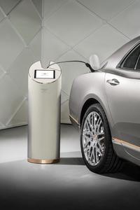 車体後部の右側に充電用ポートが備わる。
