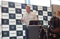 市場の状況について説明した英トライアンフの執行役員ポール・ストラウド氏。「われわれは昨年1年間で14のニューモデルを投入した。具体的には言えないが、これからもどんどんデビューさせていく用意がある」と語った。