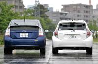 「プリウス」(写真左)と「アクア」。アクアはプリウスと比べて、全幅で50mm狭く、全高で45mm低くなっている。カモメ形状のルーフはプリウスと同じ。