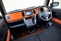 エクステリア同様、遊び心にあふれたインテリア。オレンジ色のインストゥルメントパネルは、車体色にオレンジとホワイトのツートンカラーを選んだ場合にのみ設定される。