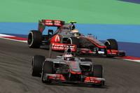 マクラーレンはバーレーンで苦戦。予選2位のハミルトン(写真後ろ)は、3回のピットストップのうち2度もホイールナットがうまく装着できずタイムロス、結果8位。ジェンソン・バトン(同前)は、4番グリッドからスタートしたが、タイヤのタレに苦しみ上位に食い込めない。レース終盤、7位走行中にタイヤのパンクに見舞われ、残り2周の時点でデフのトラブルでマシンを降りた。18位完走扱い。(Photo=McLaren)