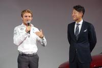 発表会にはF1ドライバーのニコ・ロズベルグ氏(写真左)が登場。日本グランプリに臨む豊富などを語った。右はメルセデス・ベンツ日本の上野金太郎代表取締役兼CEO。