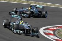 メルセデス勢にとっては芳しくない結果に終わったドイツGP。前戦イギリスGPの勝者ニコ・ロズベルグ(写真前)は、予選Q2でライバルのタイムの伸び代を読み誤り11番グリッド、レースでは9位完走。2戦連続、今季3度目のポールポジションからスタートしたハミルトン(同後ろ)は、懸案のデグラデーションに襲われ、ペースが上がらず5位だった。(Photo=Mercedes)