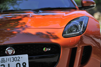 """グレードごとにディテールが異なる「Fタイプ クーペ」。写真でグリル部分に見られる""""S""""エンブレムは、380psのV6モデルのもの。"""