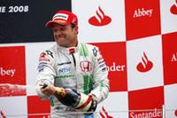 ホンダにとっては2006年第18戦ブラジルグランプリ、ジェンソン・バトンがのぼって以来の表彰台。最多出場記録を更新中のルーベンス・バリケロが3位。デイヴィッド・クルタードが今季限りで引退を表明した直後に、もうひとりのベテランがその存在とポテンシャルをアピールした。(写真=Honda)