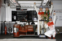 勝利を喜ぶ、M・ロッケンフェラー、T・ベルンハルト、R・デュマの3人と、その愛機No.9 アウディR15 TDI。