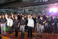 追浜工場の従業員とともに、掛け声をあげるゴーンCEO。