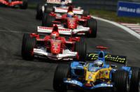 自身10回目のポールポジションからスタートしたアロンソ(手前)に、ミハエル・シューマッハーがつづく。以後レース中盤まで僅差のトップ争いが繰り広げられたが、2度目にして最後のピットストップで勝敗が分かれた。(写真=Ferrari)