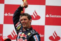 GPキャリア8年目、132戦目にたどり着いたポディウムの頂点──マーク・ウェバーは初ポールポジションから接触、ドライブスルーペナルティをはねのけ、悲願の初優勝を飾った。自身が主催するチャリティ自転車レースで骨折し、冬のテストをキャンセル、最悪の出だしとなった2009年シーズン。勝利を重ねる僚友セバスチャン・ベッテルの横で悔しい思いをしていたオーストラリア人に訪れた遅い春だった。(写真=Red Bull Racing)