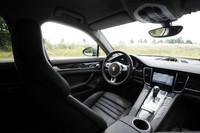 運転席まわりの様子。シフトレバーを取り囲むように、走行モード選択ボタンや車高調整ボタンなど、多くのスイッチ類が並ぶ。