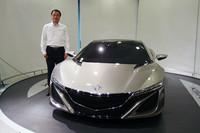 ホンダの伊東社長と「NSXコンセプト」のツーショット。量産車の販売計画のみならず、将来的なSUPER GTへの参戦計画も着々と進んでいるという。