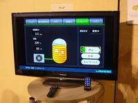 「トヨタ スマートセンター」が実現すれば、お茶の間のテレビやスマートフォンで、クルマや家の電力消費量や充電状況が確認可能。家にいながら、クルマのエアコンなどをあらかじめ操作することもできるようになる。