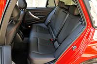 赤いハイライトは後席にも施される。ダコタレザーシートは28万4000円のオプション。