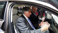 上海初の新ブランド「クオロス」のセダンに乗るタタのラタン・タタ名誉会長。