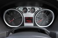 メーターパネルはオーソドックスなデザイン。左にタコメーター、右にスピードメーターを配置。