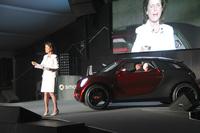 スイス・ルツェルン郊外で行われたスマートミーティング「スマートタイムズ」で、新型「スマート」について話すヴィンクラー氏。後ろのクルマはコンセプトカーの「スマート・フォースターズ」。