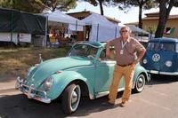 アルベルト・フィニスタウリさんと、愛車の1963年「フォルクスワーゲン・ビートル1200」。