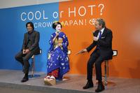テレビCM出演者によるトークセッション風景。左から豊川悦司、CMに舞子姿で出演しているAKB48の渡辺麻友、そしてゲストMCのデーブ・スペクター。