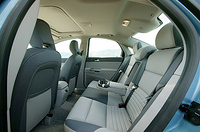 S40の後部座席。S40 T-5には、ワゴンにはない専用カラーの、グレー/ベージュの2トーンカラーが用意される。