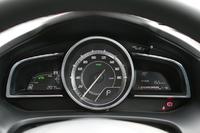 1眼式メーターは全モデル共通。ただし、2リッターガソリンの上級モデルとディーゼルではここがタコメーターに、それ以外ではスピードメーターになる点が異なる。ハイブリッド(写真)では左側にパワーメーターなどが備わる。