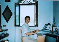 2000年の筆者。画面右脇にわずかではあるがミヴァールの姿が。ちなみに原稿書きに使っているのは当時のNECのワープロ「文豪」。