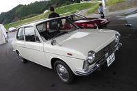 配車スペースで記者を待ち受ける「スバル1000」。ここにきていよいよクラシックカーの洗礼を受けることに。