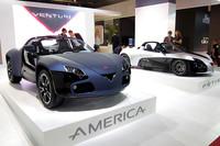 ヴェンチュリの新型「アメリカ」。奥に展示される「フェティッシュ」と同じ300psのモーターを積み、最高速180km/hで300kmの距離を走る。