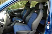 快適性とサポート性の両立が謳われる専用ハーフレザー・スポーツシート。