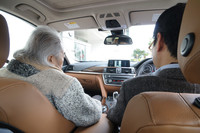 BMWいわく「運転席と助手席の双方から見やすい位置」に8.8インチディスプレイが配されるインテリア。画面は、車両周囲の状況を映している(トップビュー+サイドビューカメラ)。