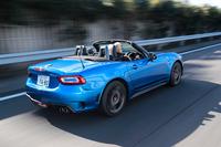 撮影用に窓を全開にし、高速道路を行く「アバルト124スパイダー」。窓を閉めてさえいれば風の巻き込みも少なく、強力なシートヒーターのおかげもあって快適に移動を楽しむことができる。