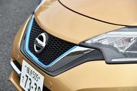 フロントグリルには、エコカーの象徴としてブルーのアクセントカラーが添えられる。