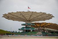 日本に次ぐアジアで2番目のGPとして、また近代化を象徴する国策として1999年に始まったマレーシアGP。近年の新設サーキットをことごとく手がけてきたヘルマン・ティルケの最初期の「作品」であるセパンは、チャレンジングな中高速コーナーを中心としたテクニカルなコースとして評判だったが、19回目の今年で最後に。開催費の高騰、シンガポールGPに観客を奪われたことなど要因が重なり、オーガナイザーは採算が合わないとの結論に至った。(Photo=Toro Rosso)