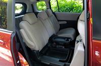 右側セカンドシートの座面下にある「カラクリ収納ボックス」。2つのカップフォルダーがついたトレイを取り出せば、6.3リッター分の収納スペースとして使える。