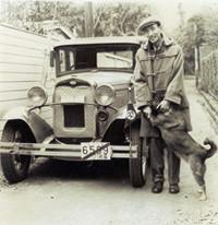 """1931年「フォードA型クーペ」。埼玉県入間郡名栗村(当時)の村長が、2匹の芝犬を後部ランブルシートに乗せ、長年狩猟に使っていたのを4万円で買い受けた。これは完全に修復した姿。真冬で過冷却を防ぐためラジエター・マフを幌職人に特注した。4気筒3.2リッターは低速トルクが強くてよく走る。純粋な雑種""""pure mixed""""の愛犬と。"""