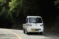 ワインディングロードをトコトコとやってきたのは5MTの「ダイハツ・ハイゼット トラック」。働くクルマにドライビングプレジャーはあるのか!?(photo:菊池貴之)